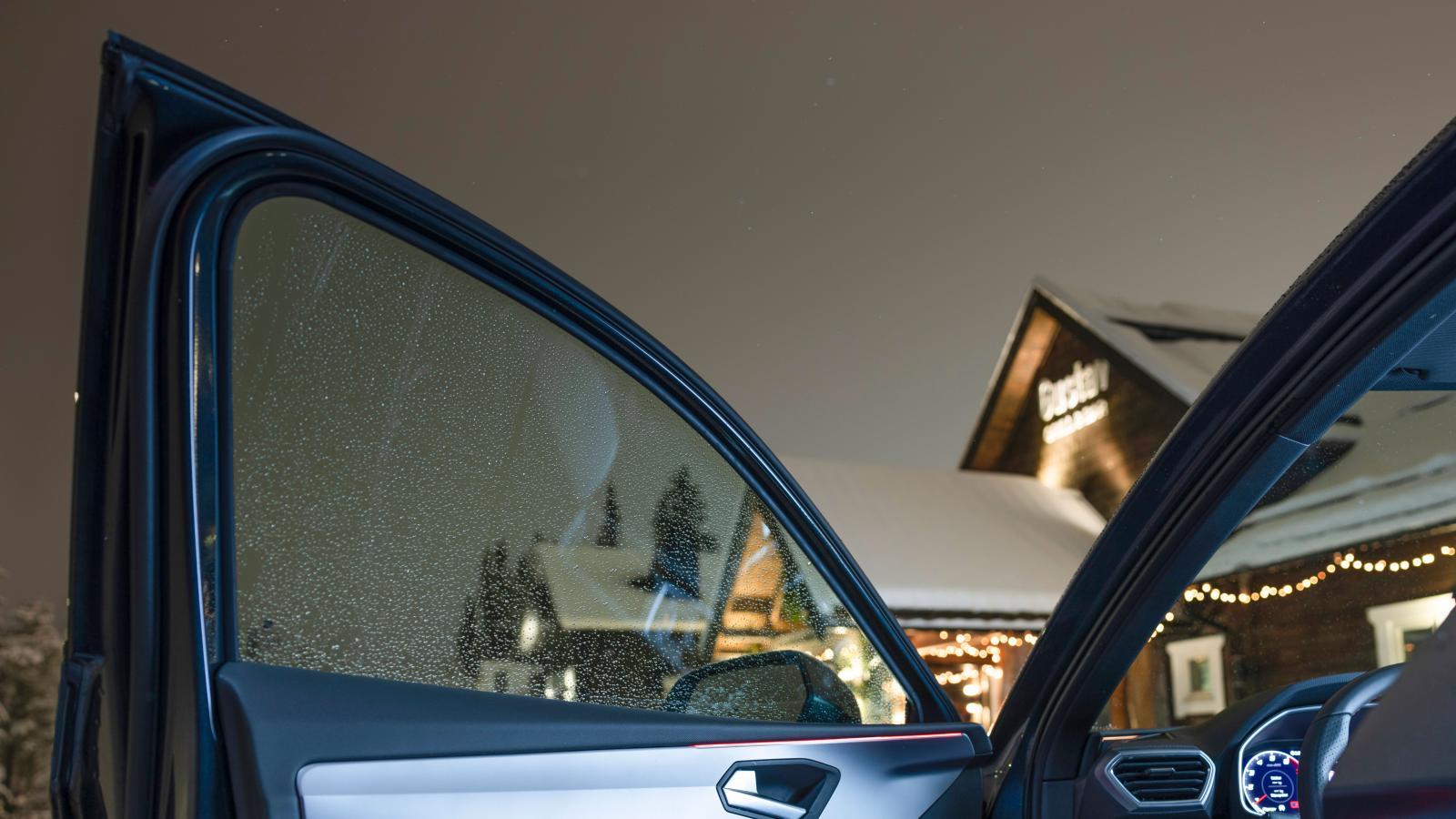 En smal ljusbåge löper från dörr till dörr under vindrutan i Leon (tillval). Färgen kan ändras efter smak eller stängas av. Den huserar döda vinkel-varnare och lyser starkt rött när dörren öppnas.