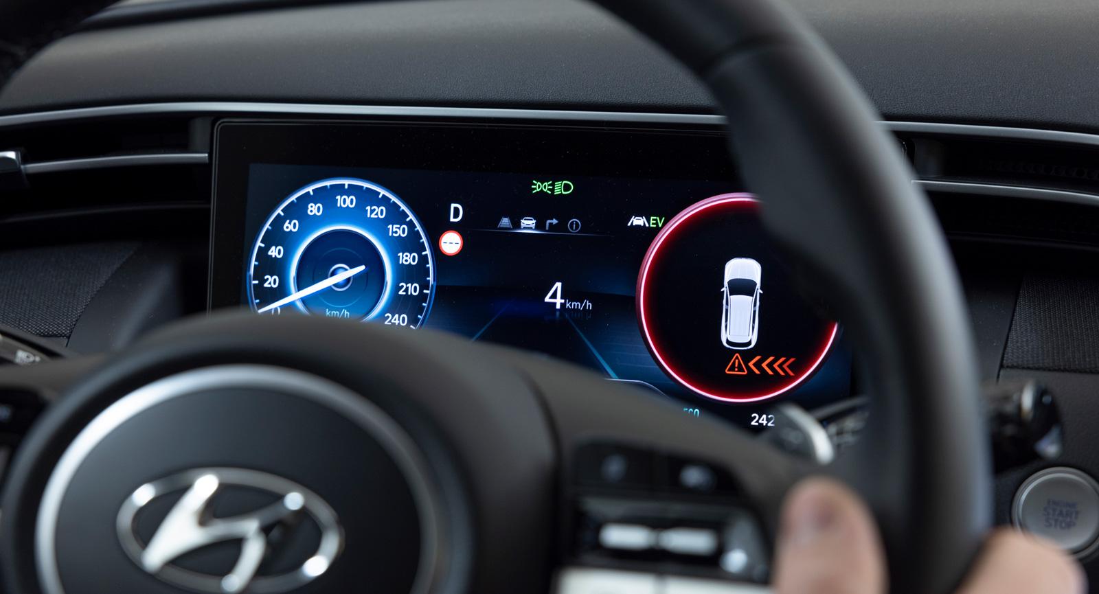 4. Pass på! Vid backning saknar Hyundai autobroms för korsande trafik men föraren varnas med ljud, bild och vibrationer i ratten.