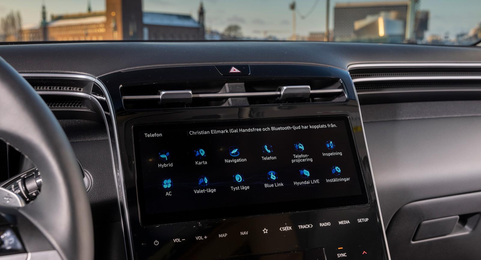 """Hyundai: Rejäl skärm med ett vilsamt """"hemläge"""". På bilden syns menyn för inställningar och funktioner. Upplägget är identiskt med Hyundai i10 och är omfattande men överblickbart. Blank och troligen repkänslig plast."""