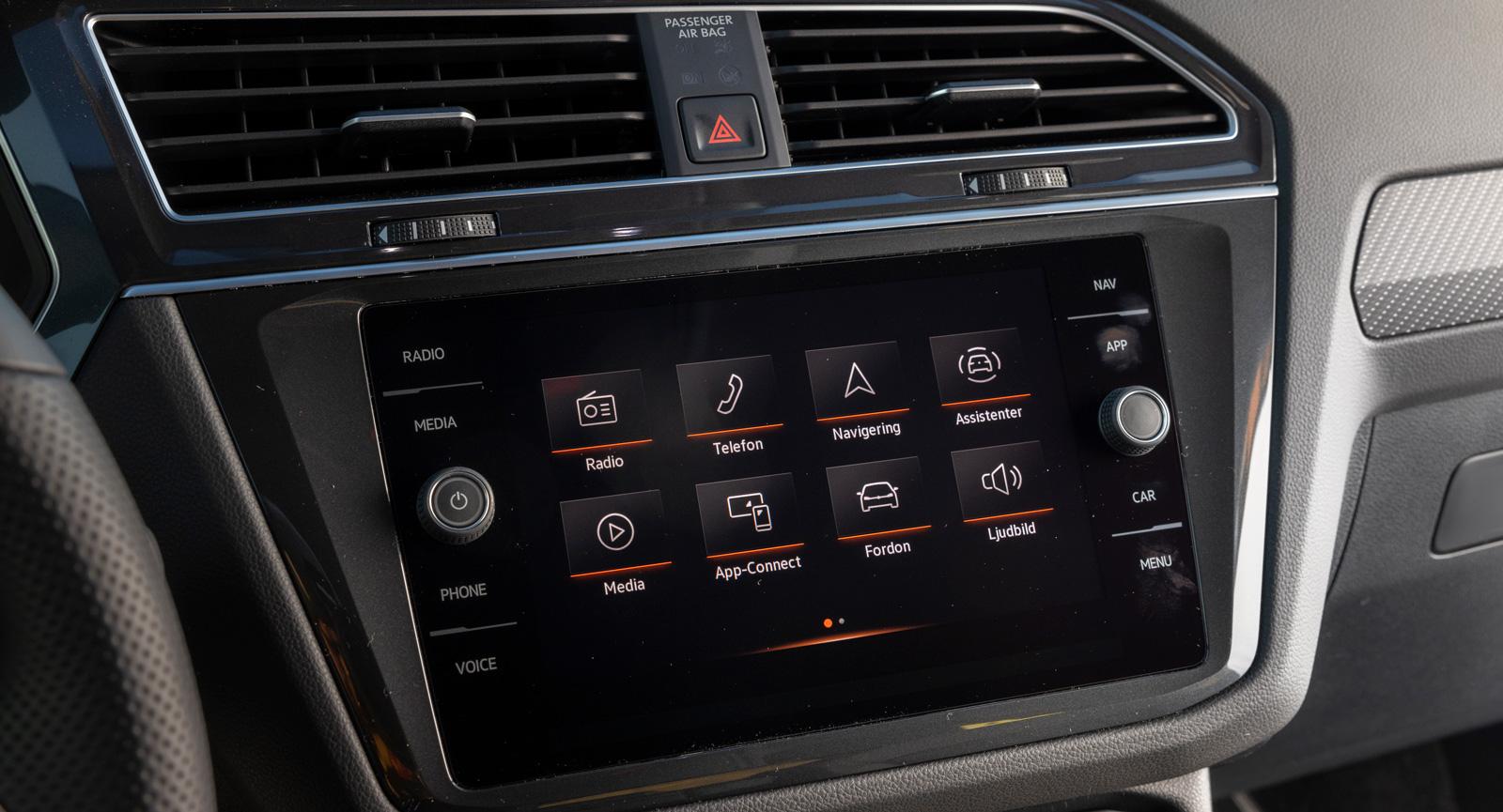 Volkswagen: Fysiska vred för volym och radiofrekvens/bläddring är alltid uppskattat. Menystrukturen blir snabbt textintensiv, men läsbarheten är bra. Numera nås ljusintensitetsjusteringen med en genväg.