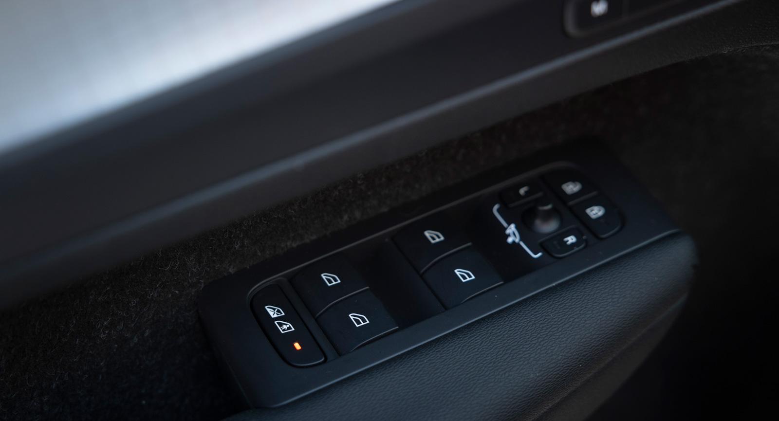 Elektriska barnlås finns i Volvo. Låser även elhissarna bak.