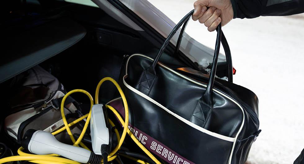 Fina resväskor samsas med smutsiga sladdar som legat på marken. Leon har ett praktiskt fack för sladdarna under bagagegolvet, men med resepackning är det svårt att nå.