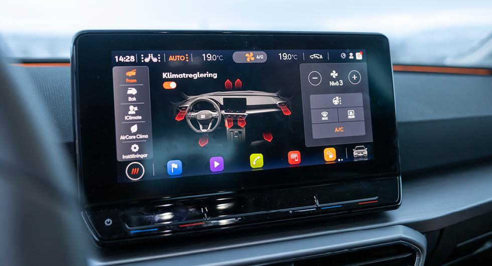 Alla större klimatinställningar görs på skärmen. Onödigt små symboler som är svåra att läsa av under körning. Temperatur och stolsvärme har snabbknappar – utan bakgrundsbelysning. Suck.