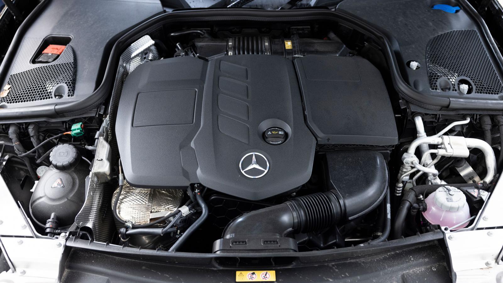 Diesel och el ger 306 hk och hela 700 Nm vridmoment. Det finns urkraft jämt och automatlådans nio växlar arbetar snyggt.