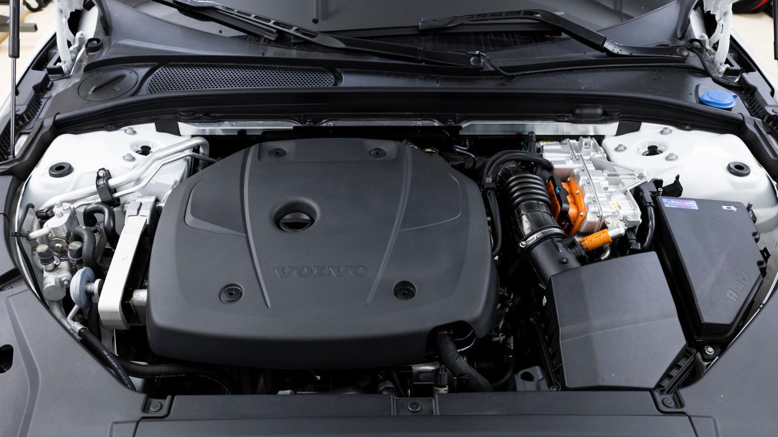Den saftiga törsten när bilen går på enbart bensin och bensinvärmaren som krävs för att värma kupén på vintern snor en miljöpoäng från V90.