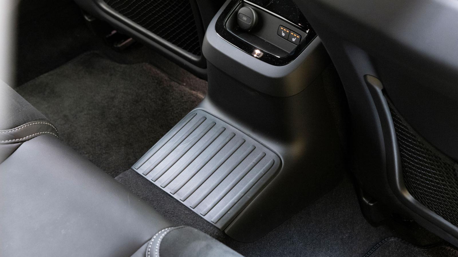 """Batteripaketet är placerat i """"kardantunneln"""", vars utformning inkräktar på utrymmet på mittplatsen bak."""