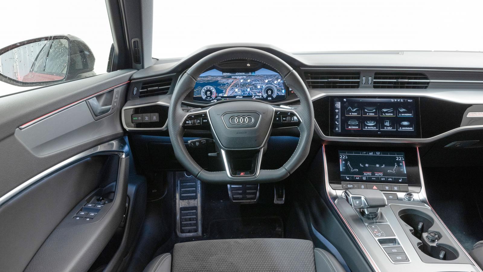 """Audis """"heldigitala"""" miljö med instrumenthus och dubbla skärmar fungerar bättre än många liknande. Mobilladdning i armstödet, toppfinish överlag."""