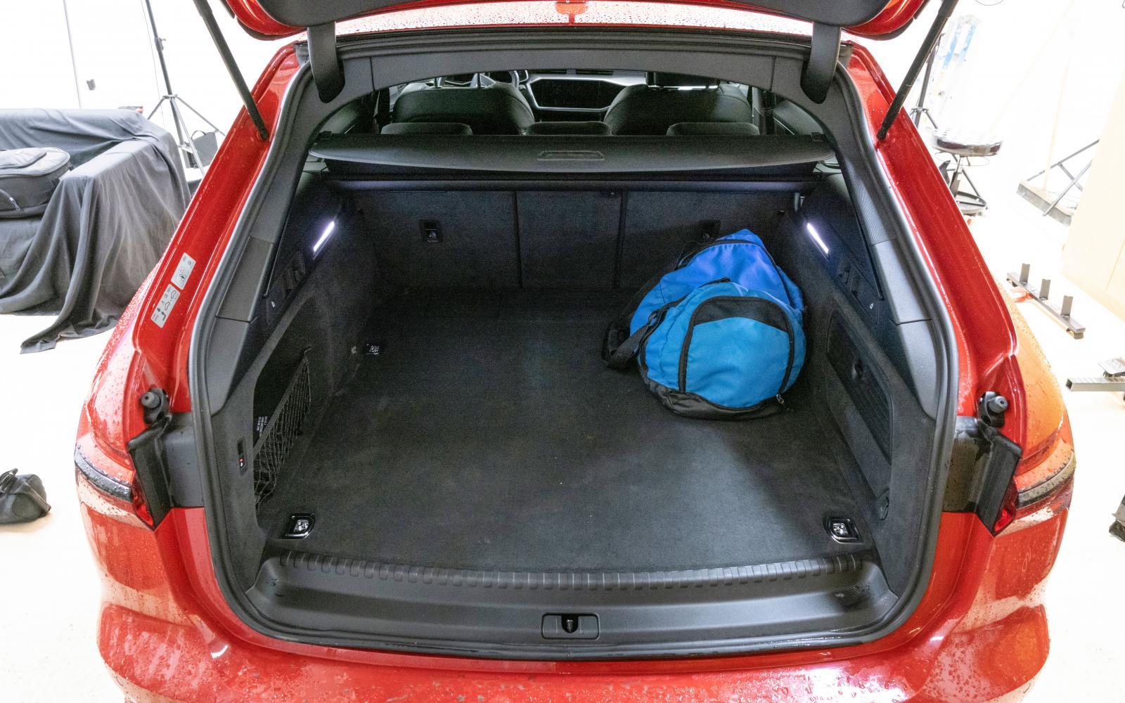 Alla tre har stort bagageutrymme men i Audi ryms minst antal backar (se tabell). Utformningen som helhet och i detaljer är dock mycket bra och rejäl. Notera att lastgolvet bara sticker upp en smula från tröskeln.