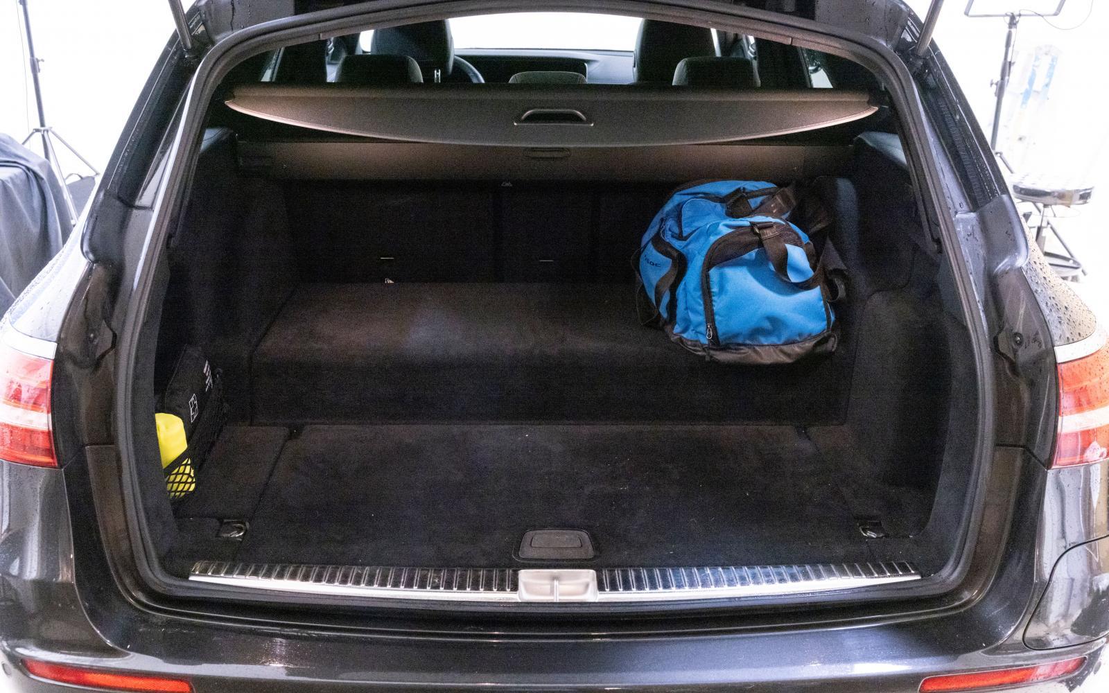 """Trots den skrymmande batteripuckeln, som alldeles framför de bakre ryggstöden slutar i ett """"dike"""", lastar Mercedes bäst och klarar tyngsta bördan. Höjden under insynsskyddet är delvis starkt begränsad."""