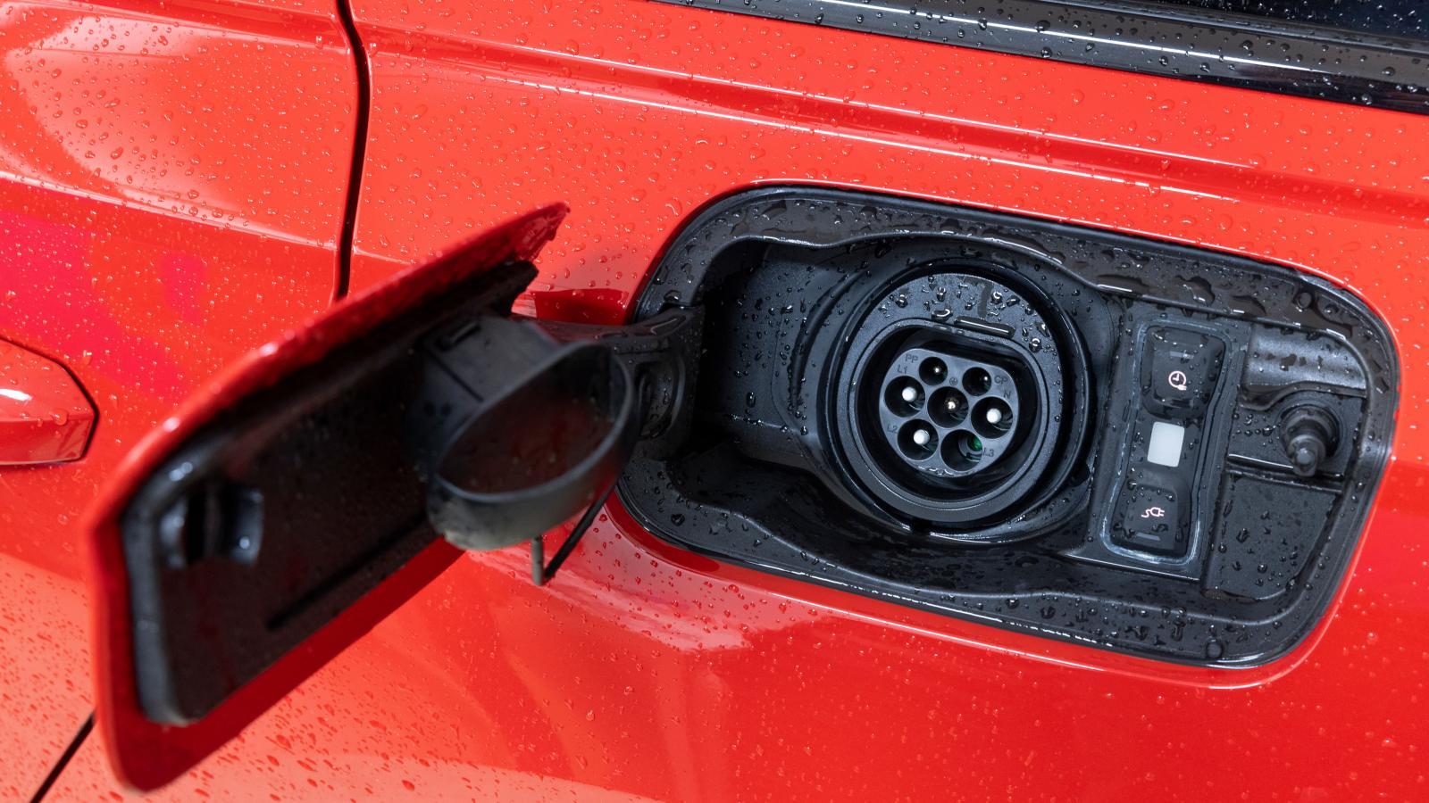 Under Audis kontaktlock på bakskärmen finns en bra finess i form av låsknappen för att lossa sladden – men varför ingen belysning?