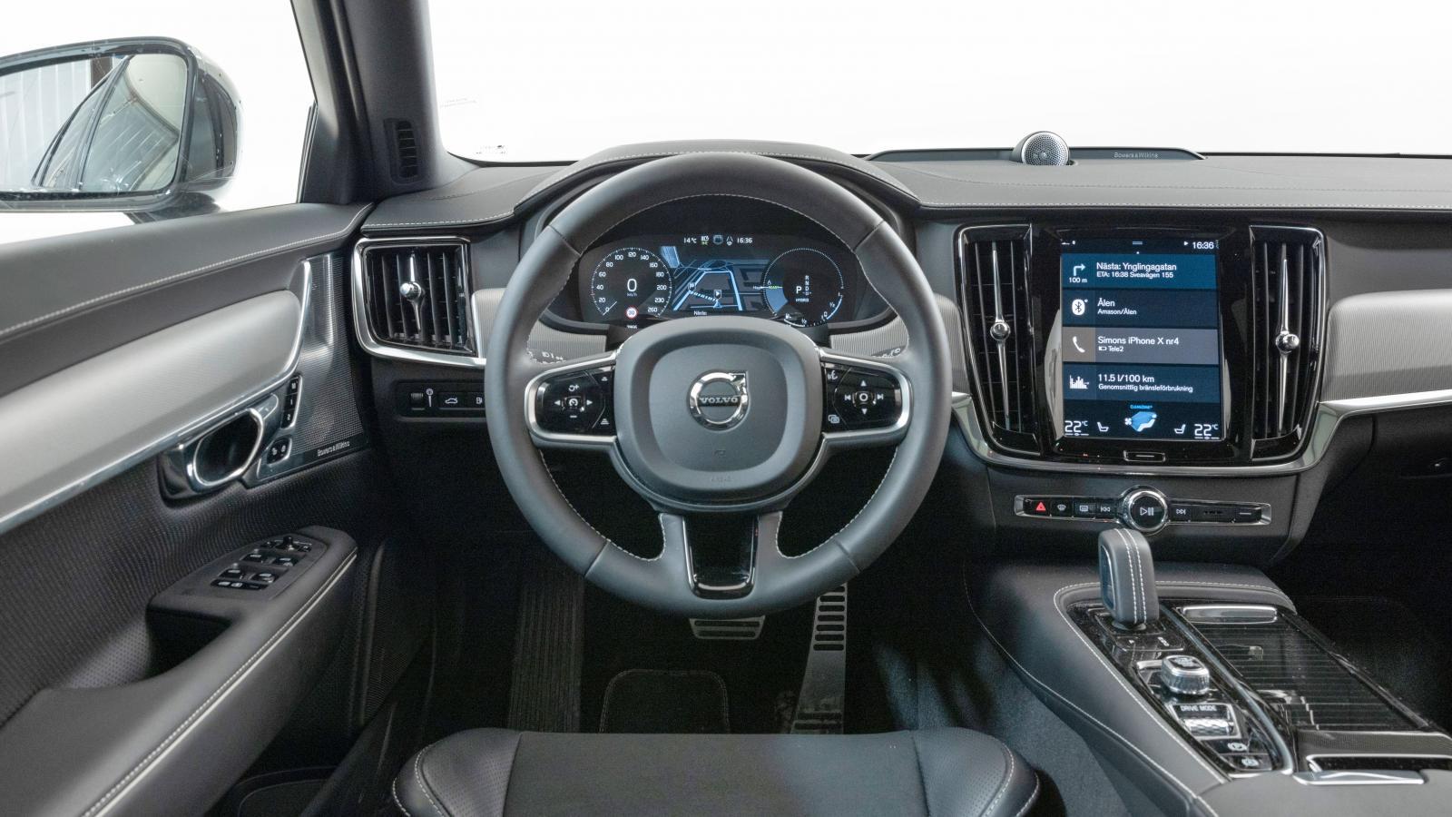 Volvo: Ett bekant och alltjämt mycket trivsamt rum för föraren och de åkande. Hög finish men laddplatta för mobilen går ej att få i laddhybridversionen.