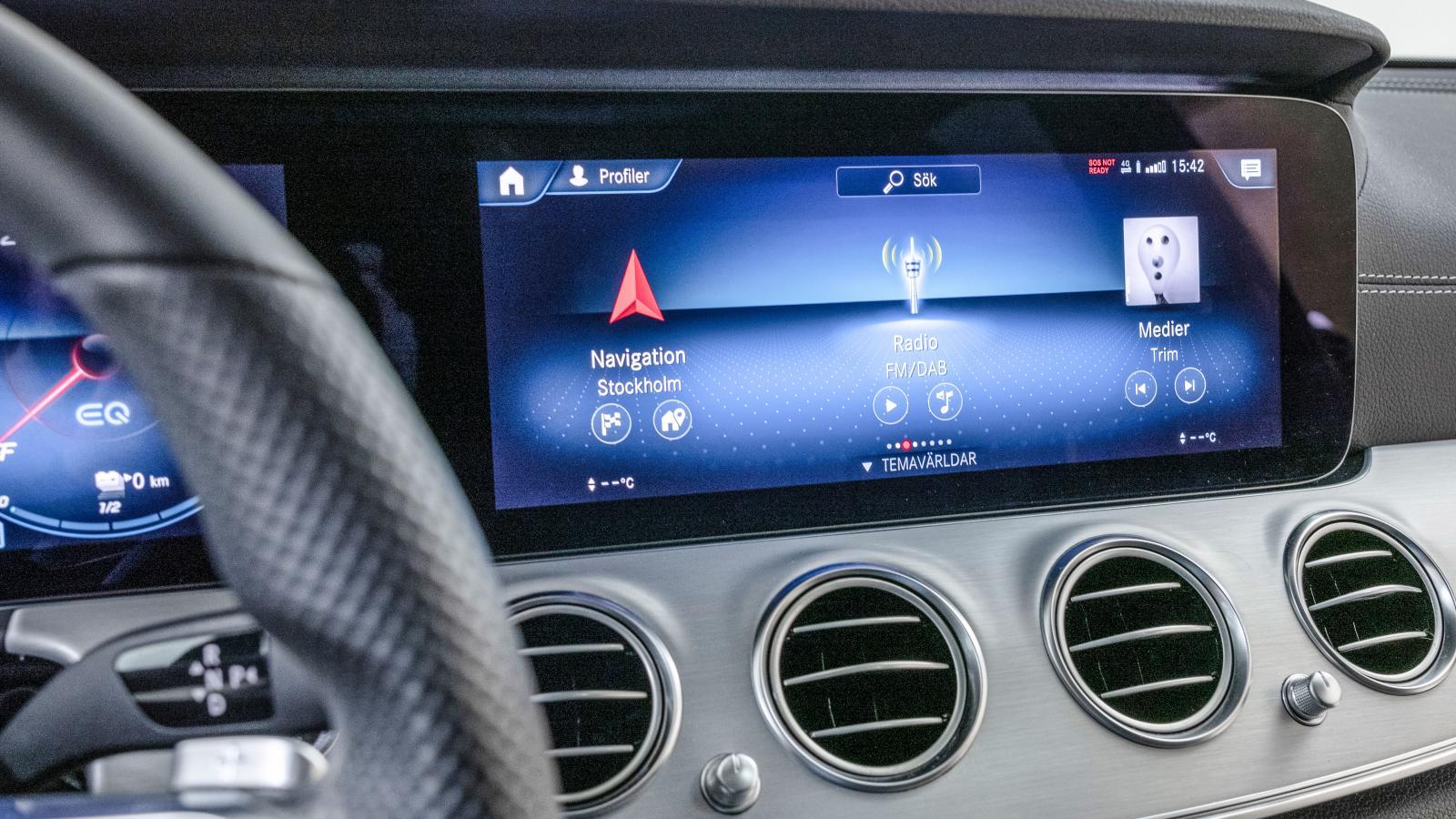 Mercedes: MBUX-systemet med pekskärm är nytt för E-klass. Det finns också gott om andra möjligheter till styrning av det hela: rattreglage, styrplatta, rösten …