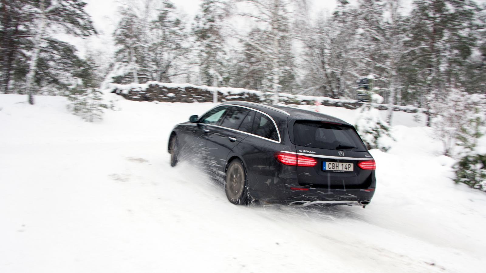 4MATIC-systemet ger Mercedes bäst framkomlighet i trion. Snabb och konsekvent reaktion, ingen sneddragning. Bilens karaktär är tydligt understyrd.