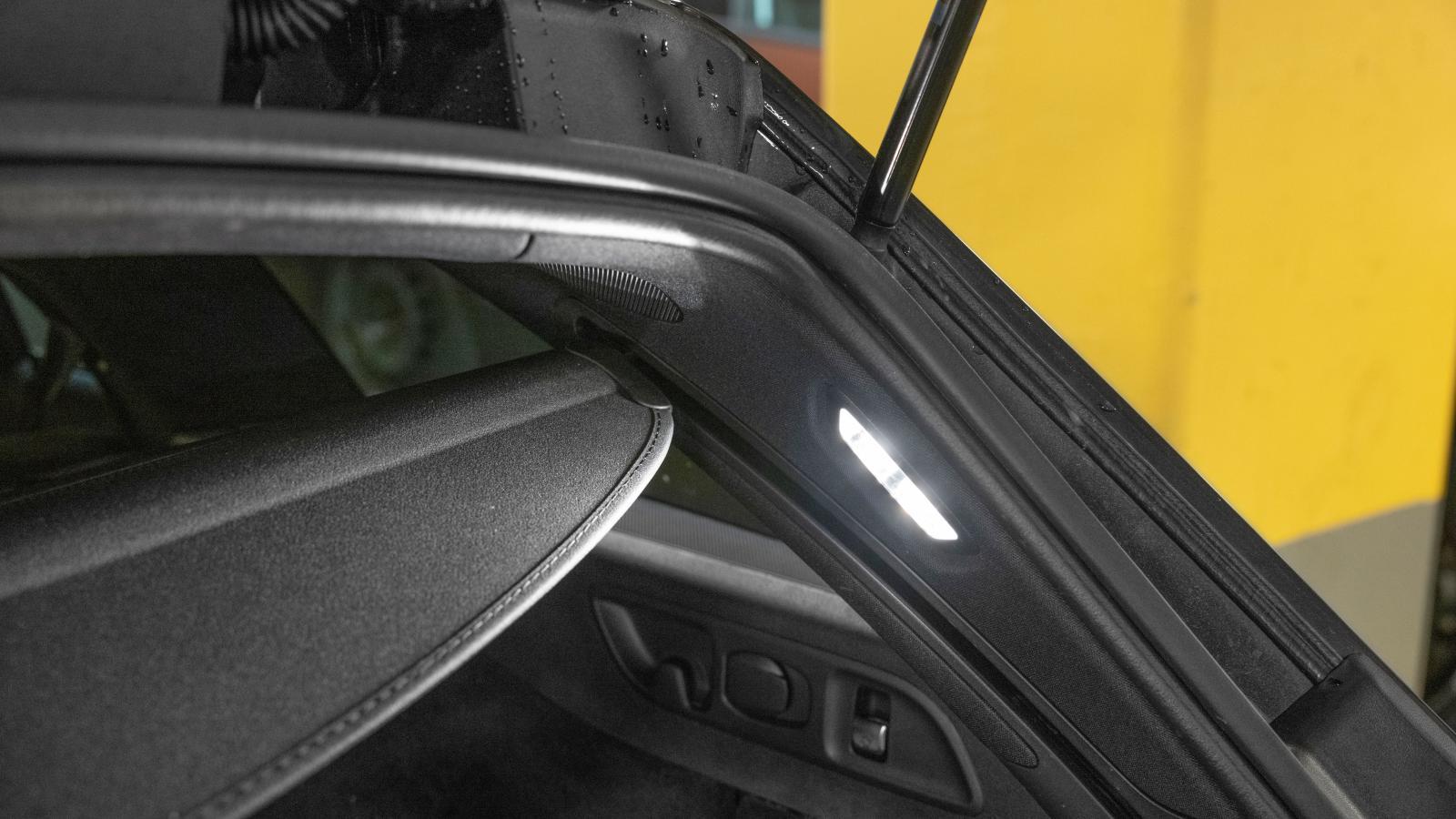 Bagagerumsbelysningen ska förstås vara högt placerad i en kombi, som i Mercedes.