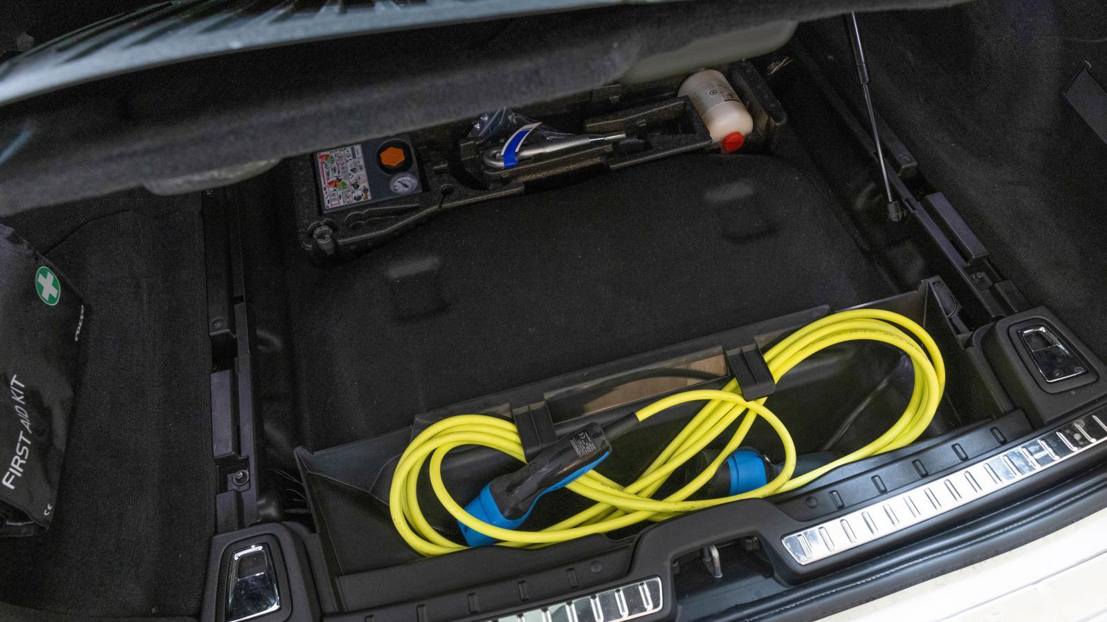 Sladdförvaring under golv i Volvo (bilden) och Mercedes.