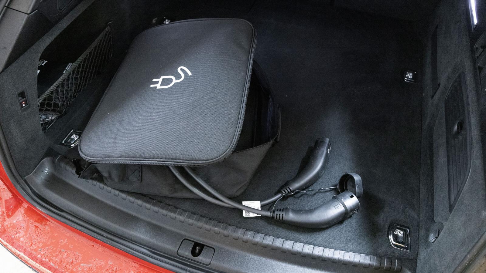 Audis batteripack omintetgjorde facket under bagagegolvet, sladden måste förvaras i en påse bland andra grejer.