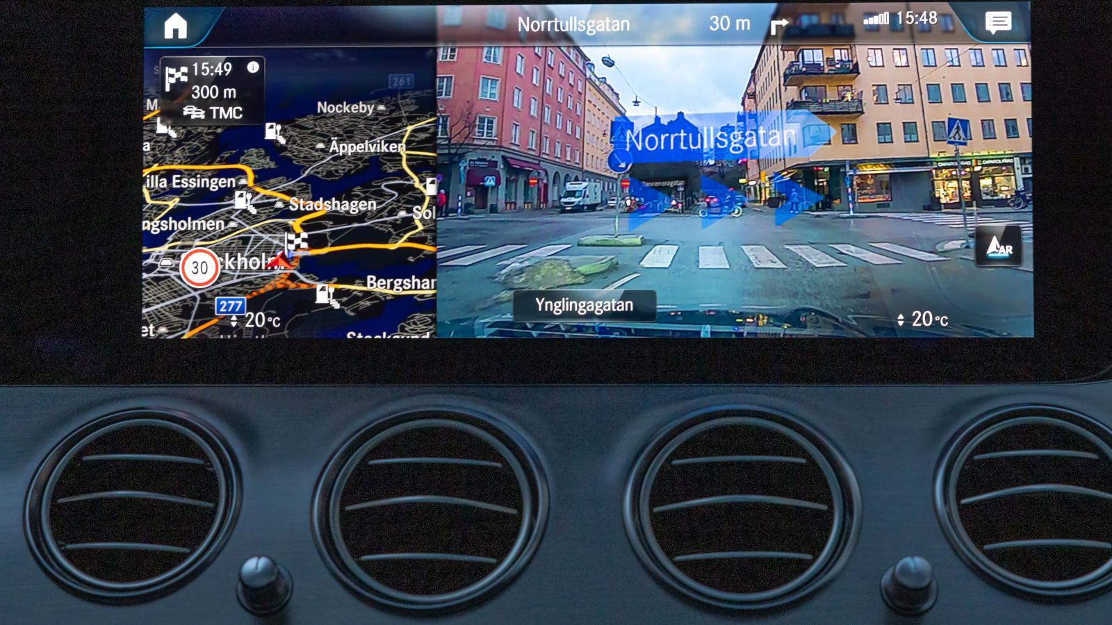 Mercedesnavigatorn kan visa en kamerabild med vägvisningsinstruktioner.