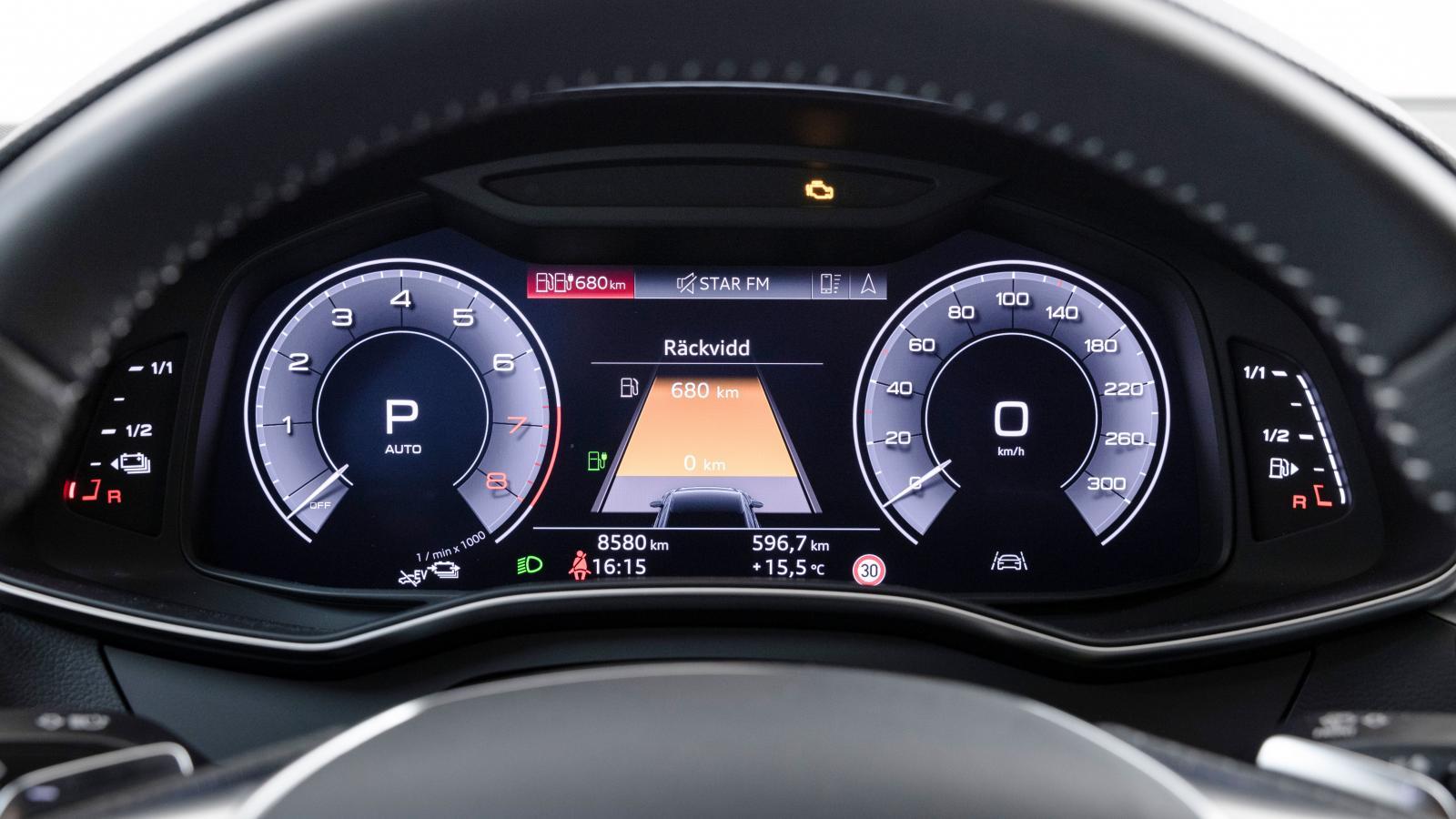 """Audis """"virtual cockpit"""" är standardutrustning på laddhybriden. Det finns flera vyvariationer, exempelvis en jättekarta eller som här en tydlig räckviddsvisning."""