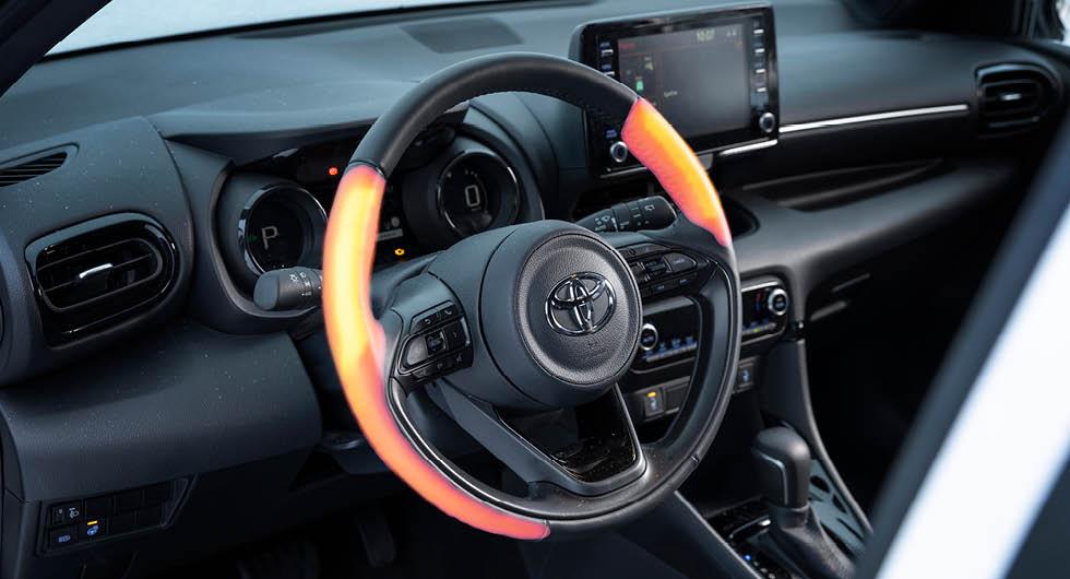 Udda och begränsad fördelning av värmetrådarna i Yaris rattvärme. Å andra sidan håller man händerna mest på rattens baksida.