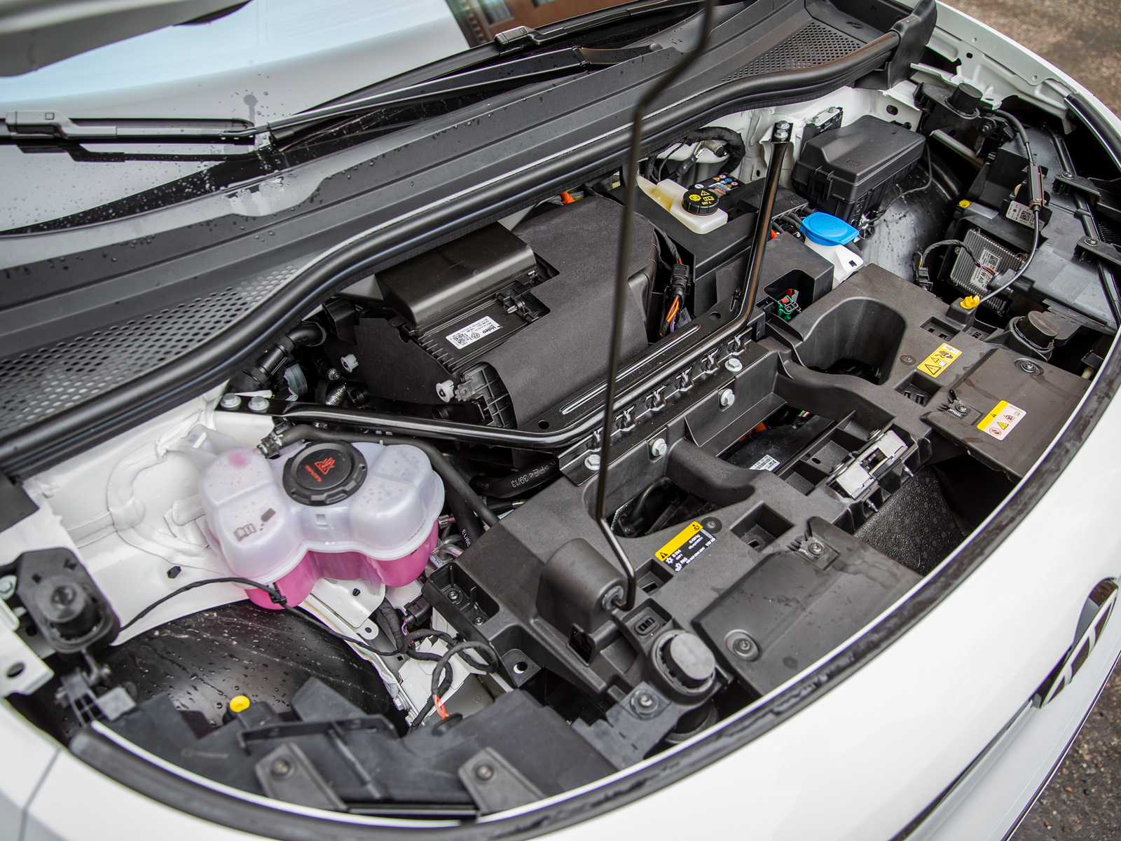 Inget förvaringsutrymme fram trots klassisk drivlina från Volkswagen – svansmotor och bakhjuldrift.
