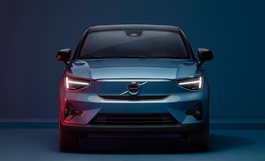 """Volvo C40 får högre sittposition än en vanlig """"lågbyggd"""" bil, men passagerarna sitter inte lika högt som i XC40. Interiören blir helt läderfri."""