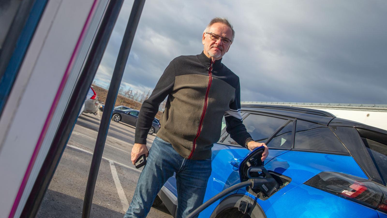 – Det är nästan alltid någon som står här och laddar, säger Anders Östlund som stannat för att fylla på batteriet i Tierp.