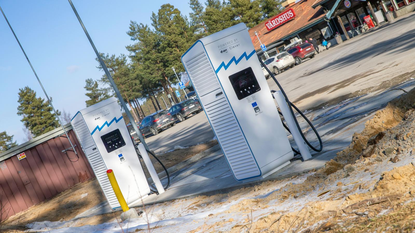 Splitt nya laddare vid Tönnebro rastplats. Max effekt 300 kW, långt mer än vad de flesta av dagens elbilar klarar att ta emot.