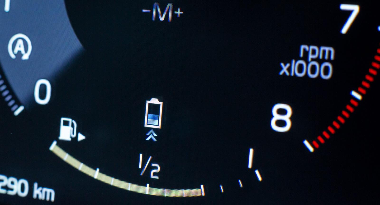 """4. """"Jag är en hybrid!"""" Nej Volvo, ni lurar ingen med symbolen """"batteriet laddas"""" vid inbromsning. 48-voltsbatteriet rymmer cirka 400 wattimmar."""