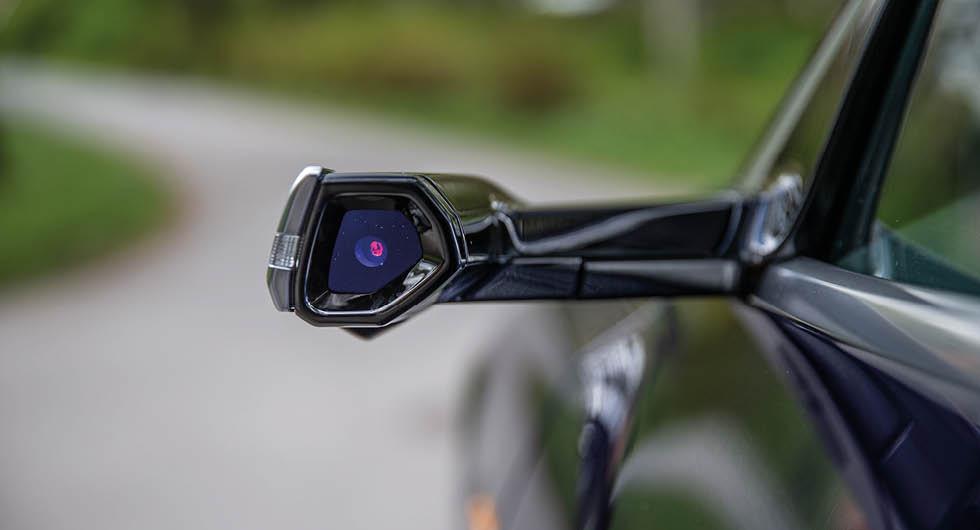 Den större modellen Audi e-tron har särskilda kamerabackspeglar som tillval som fått hård kritik i flera tester. I Q4 e-tron syns ingen skymt av kamerabackspeglarna.