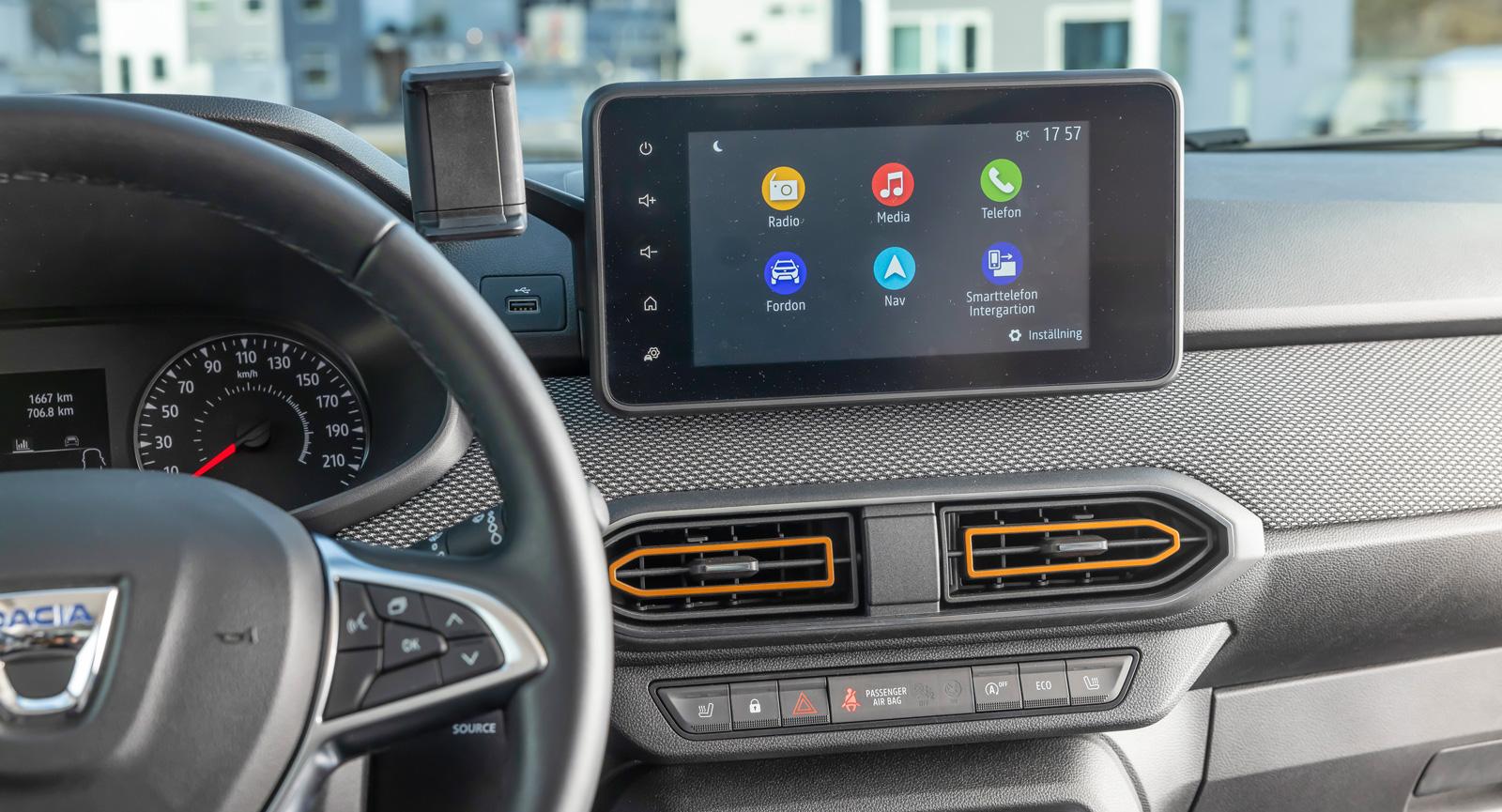 Dacia: De funktioner man kan kräva 2021 finns. Det ger tydligt handhavande trots felstavade menyalternativ. Touchreglage för volym uppskattas inte av alla. Fysiska knappar i ratten.