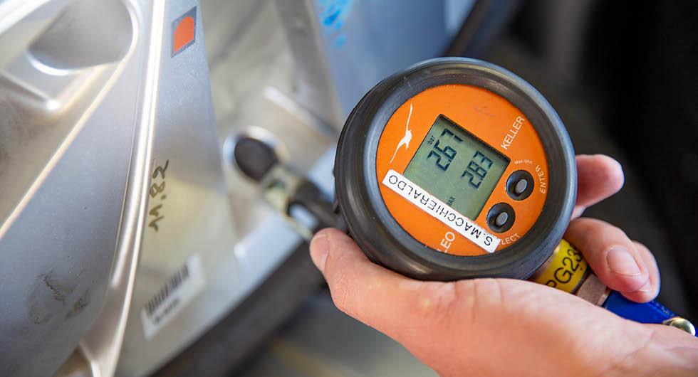 Rätt däcktryck är viktigt. För lågt däcktryck påverkar både miljö, ekonomi, livslängd, säkerhet och köregenskaper, men för högt däcktryck är heller inte bra.