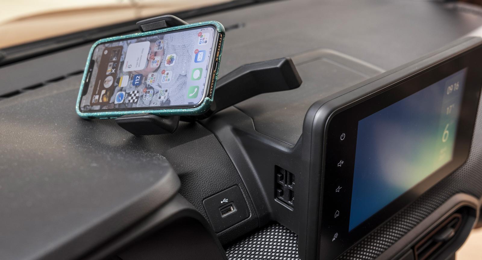 Telefonen har monterats på en arm. Armen har ett fäste på sidan av mediaskärmen. Tanken är att telefonen ska kunna laddas via USB-uttaget och samtidigt vara tillgänglig för föraren. Det går att ifrågasätta nödvändigheten av funktionen då Sandero har trådlös (!) Android Auto och Apple Car Play och telefonen delvis skymmer sikten.