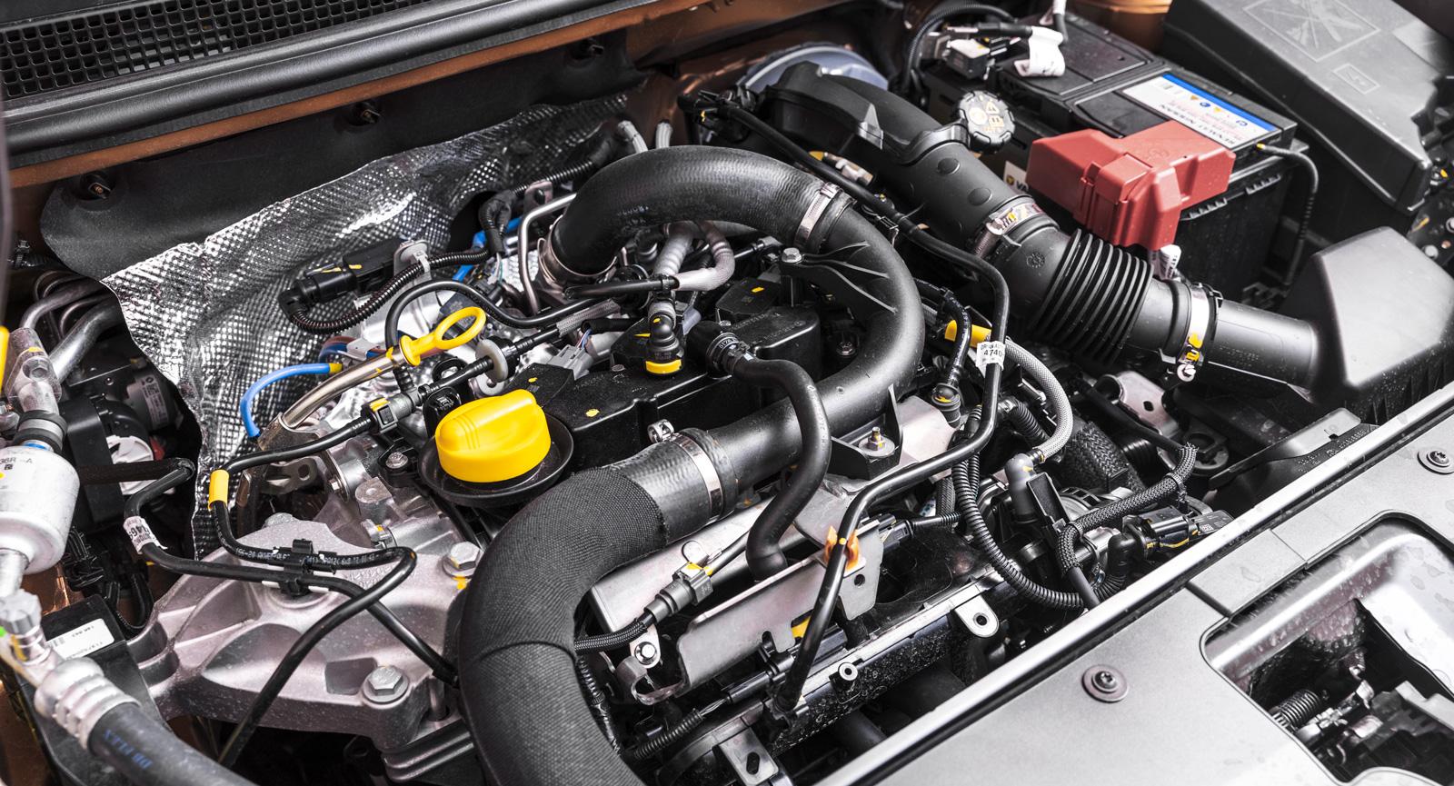 Installationen av den trecylindriga motorn påminner om en tonårings rum – kaos.