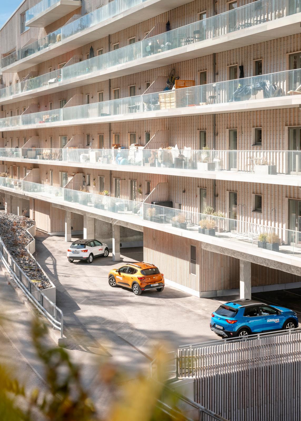 """Marinstaden i Nacka består av """"Sjöhuset"""" (50 lägenheter) samt tolv flytande villor av olika storlek. Priset för en """"liten"""" (99 kvm) fyra är cirka nio miljoner kronor, eller om man så vill 63 stycken Dacia Sandero. En 156 kvadratmeter flytande villa kostar motsvarande cirka 64 Kia Stonic."""