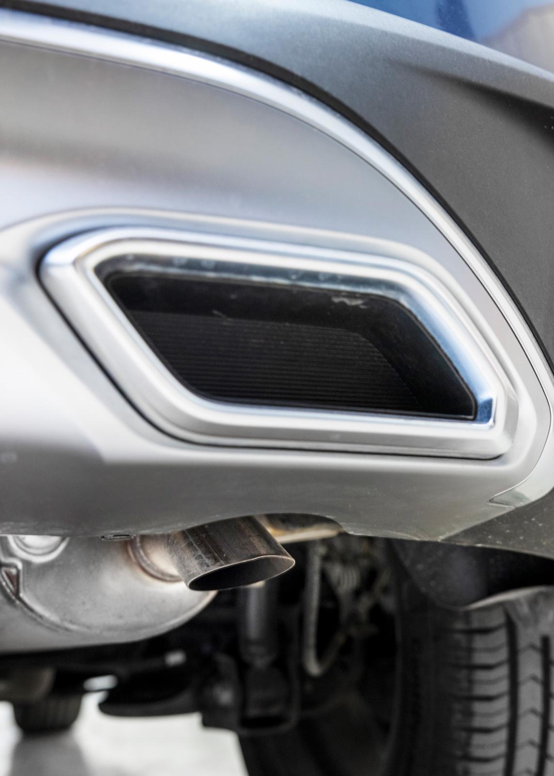 Stonics avgasromber är bara kulisser, det riktiga avgasröret gömmer sig under bilen. I Dacia slutar avgasröret i höjd med vänster bakdörr, udda.