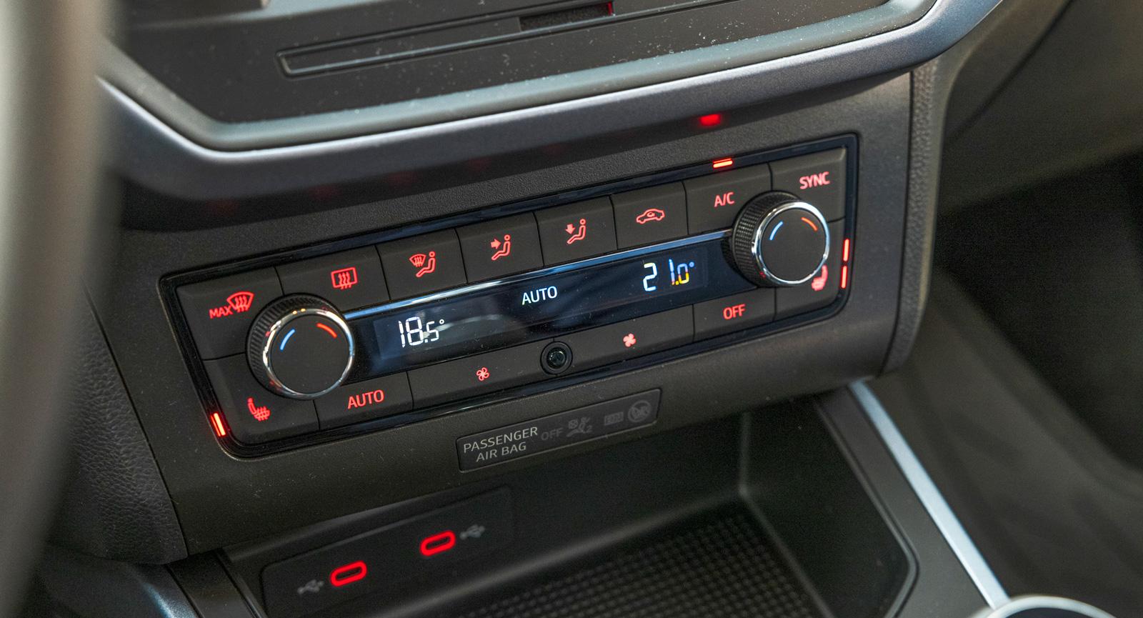 Klimatanläggning med tydliga knappar, dessutom separata temperaturzoner höger/vänster, bra Seat!