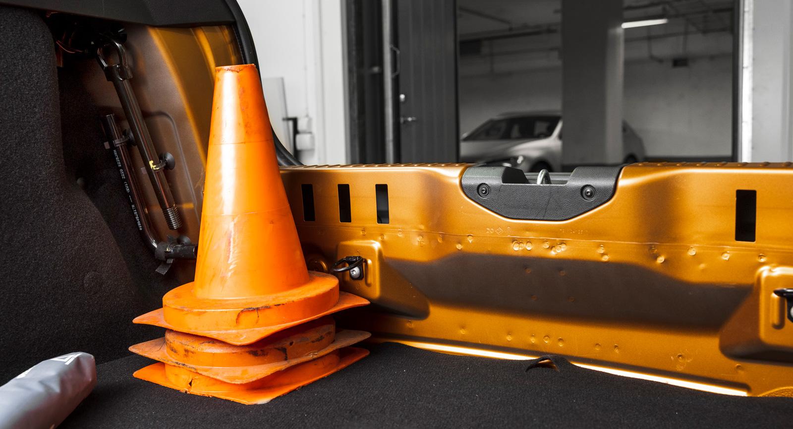 I Dacia får man inte vara rädd för naken plåt med tydliga svetspunkter. Slitsarna i plåten är vassa och kan skada bagaget. Dubbelt lastgolv är tillval för 1500 kronor. Välj det för att slippa den massiva lasttröskeln.