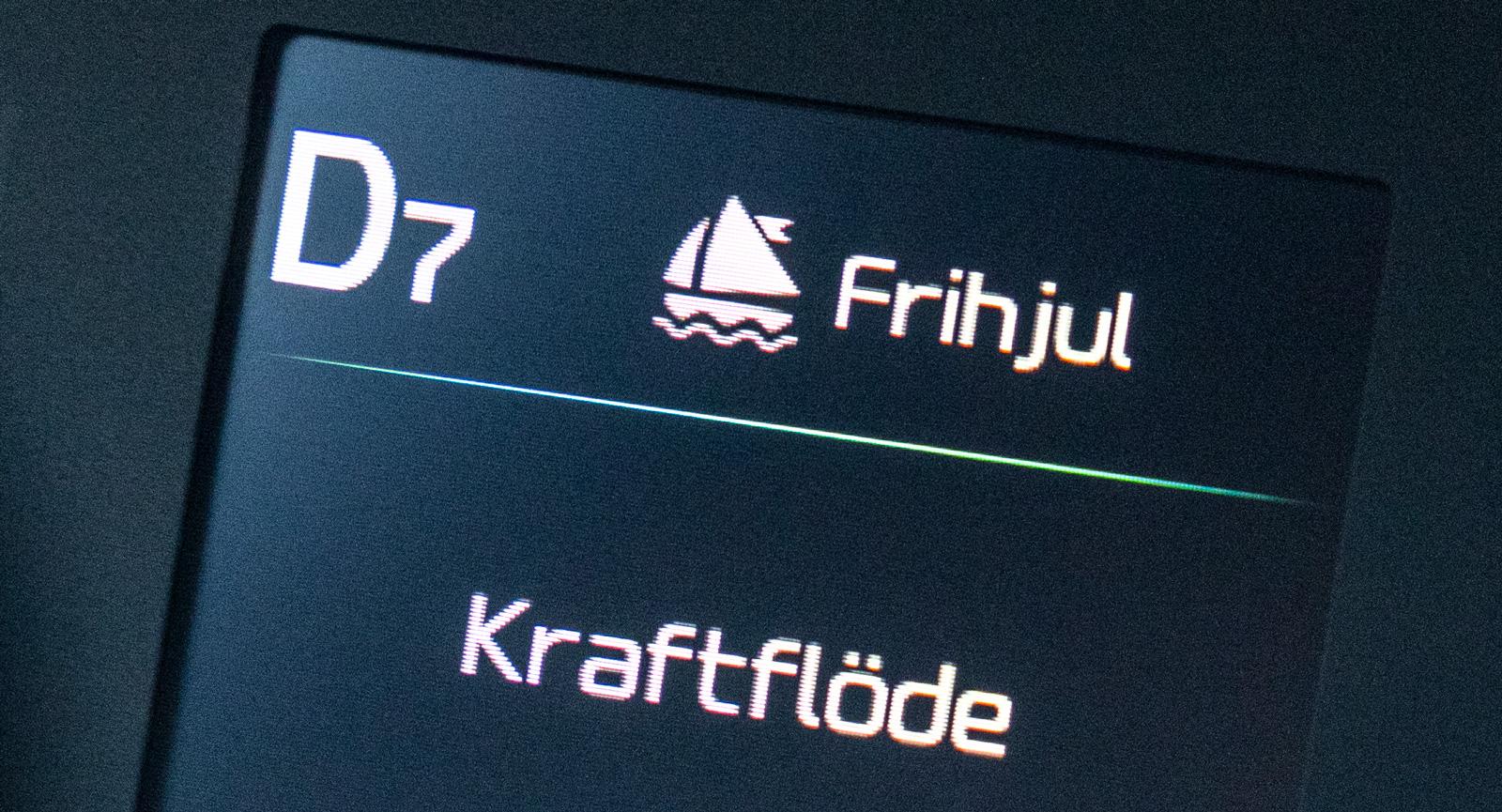 Segelbåt indikerar aktiv frihjulsfunktion. Displayen kontrollerar många bilinställningar. Förkortningarna för funktionerna blir lätt obegripliga.