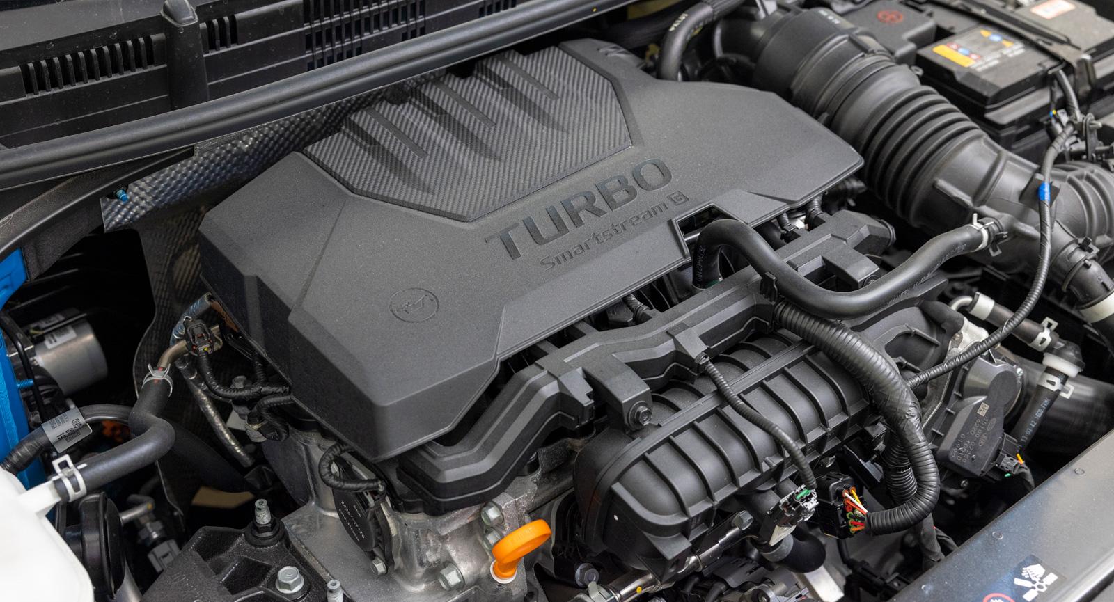 Kia skyler de 120 hästkrafterna under en ljuddämpande kåpa. Här finns det turbo!