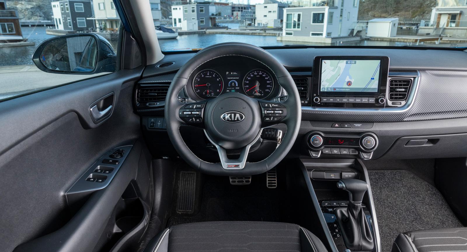 """Kia: Rejäla knappar och reglage. Knapparna i ratten är många och i pillrigaste laget. """"Tillplattad"""" sportratt är en del av GT-Lineutrustningen."""