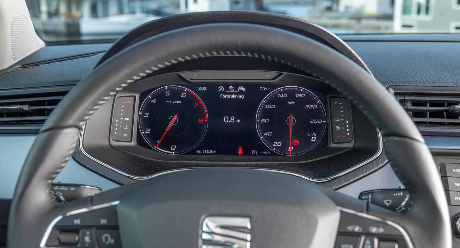 Tillvalet skärmbaserad instrumentering ger ett påkostat intryck, dessutom är den riktigt tydlig. Med knappar i ratten kan utseendet justeras, exempelvis till mindre ljusintensiv grafik.