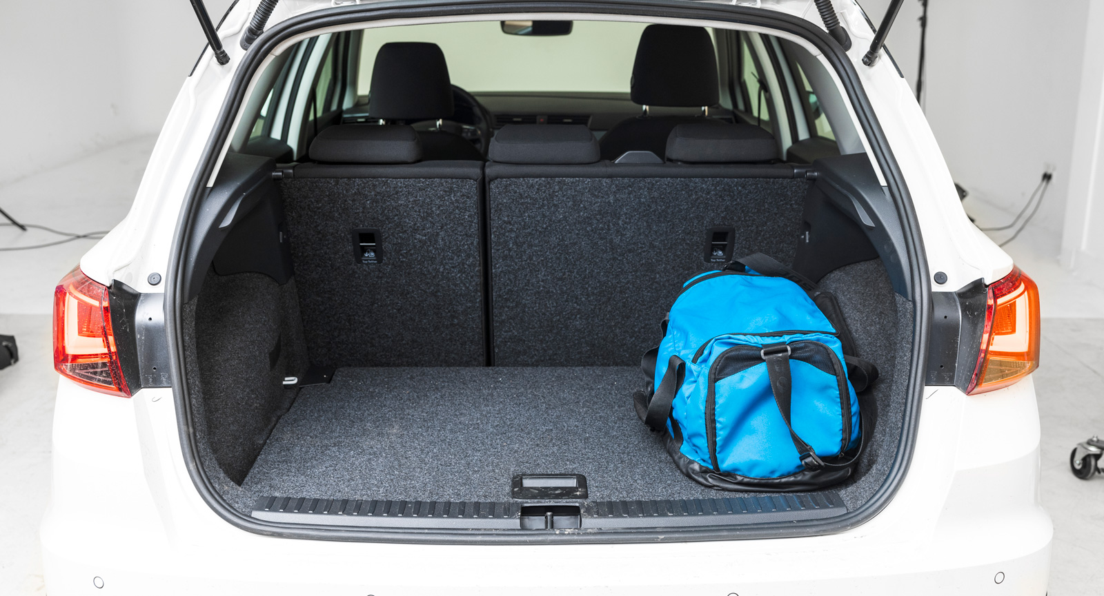 Baksätet delas som i konkurrenterna i 40/60. I Kia är bältesvakten svåranvänd, i Seat finns ett enkelt clips så att säkerhetsbältet inte skadas när sätet fälls tillbaka. Trots dubbelt lastgolv sluttar lastgolvet kraftigt vid fällning, men då fri från tröskel som i Kia och Dacia.