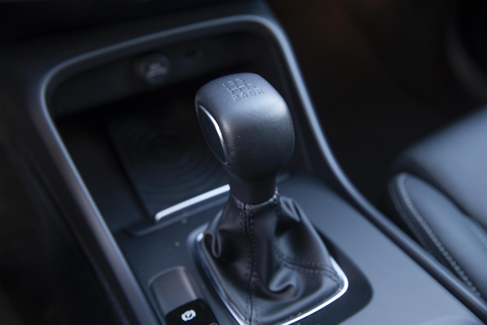 Sista växelspaken i en ny Volvo? Manuell låda säljs bara till XC40, alla andra modeller erbjuds endast med automatlåda.