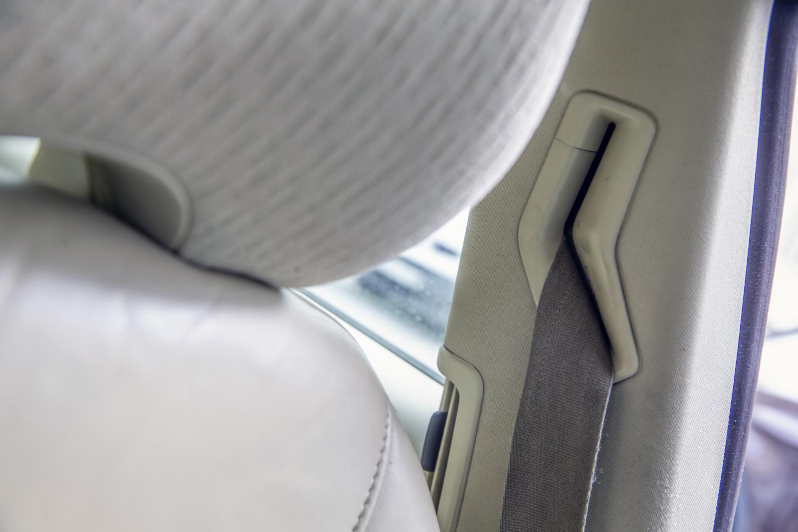 De berörda bilarna har ytterligare en bältessträckare vid bältesrullen i takstolpen.