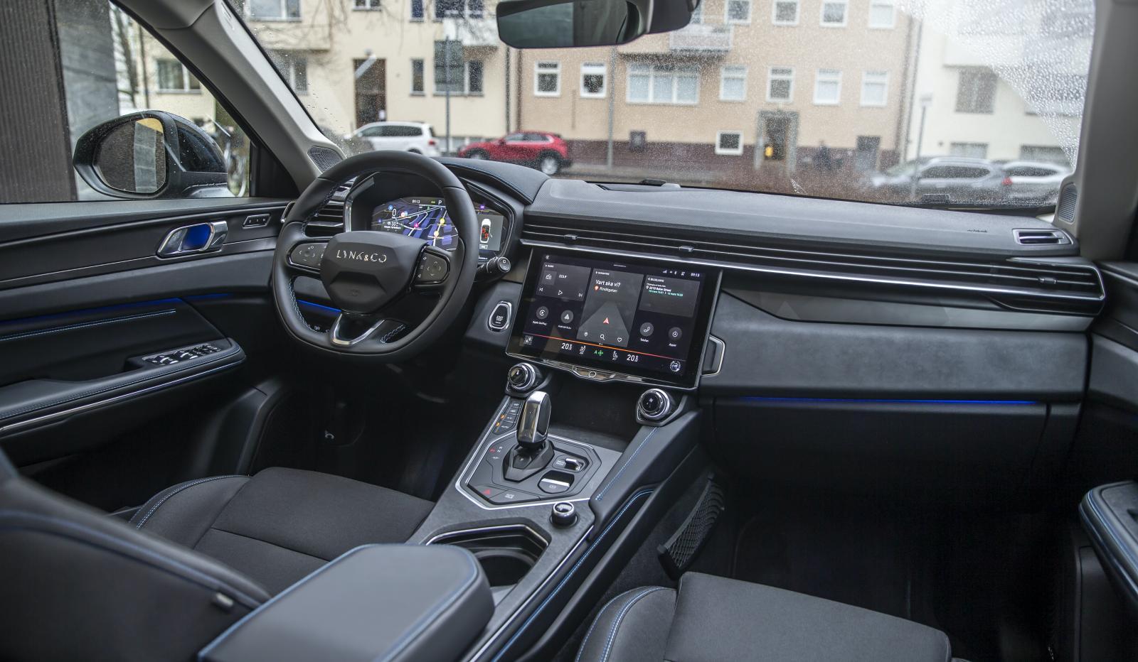 Ratten och flera andra detaljer känns igen från Volvo men helheten har en egen stil. Fysiska reglage kompletterar pekskärmen.