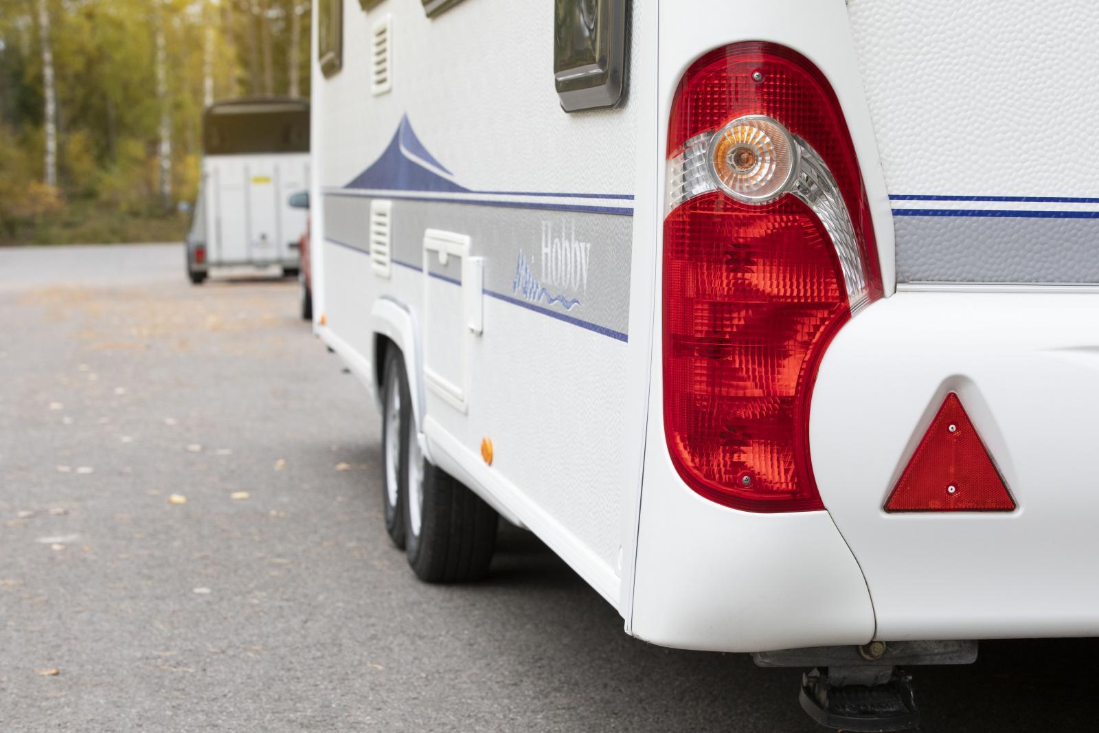 Husvagnar kontrollbesiktas första gången efter fyra år i trafik och därefter vartannat år.