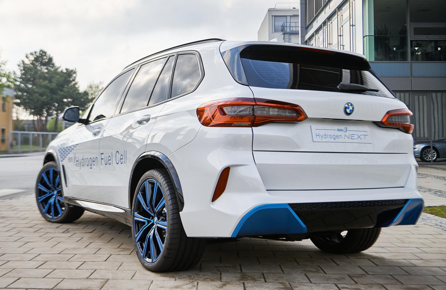 Den vätgasdrivna versionen av BMW X5 ska komma ungefär lika långt som en bensinbil på en tank.