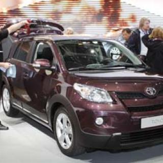 Japanska biljättar minskar produktionen
