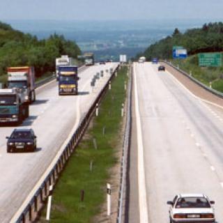 Lastbilar och bussar kör för fort
