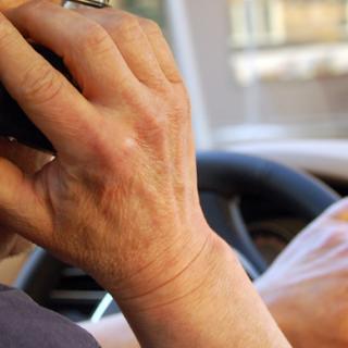 Filmad med två telefoner vid ratten